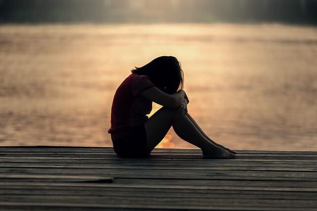 chica-adolescente-llorando-en-el-puerto